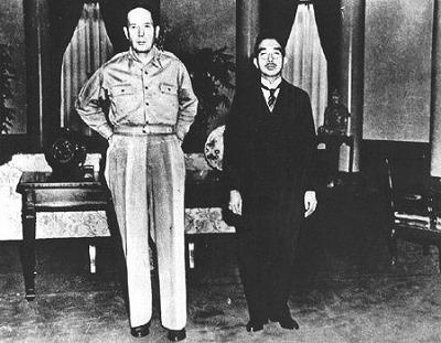 この写真は昭和20年(1945年)9月27日の昭和天皇とマッカーサー会談の時の写真です。話をする前に挨拶を交わした直後に取られたもので、マッカーサーはノー